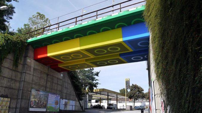 Straßenkünstler Megx wandelt Beton-Brücke in Lego-Brücke um