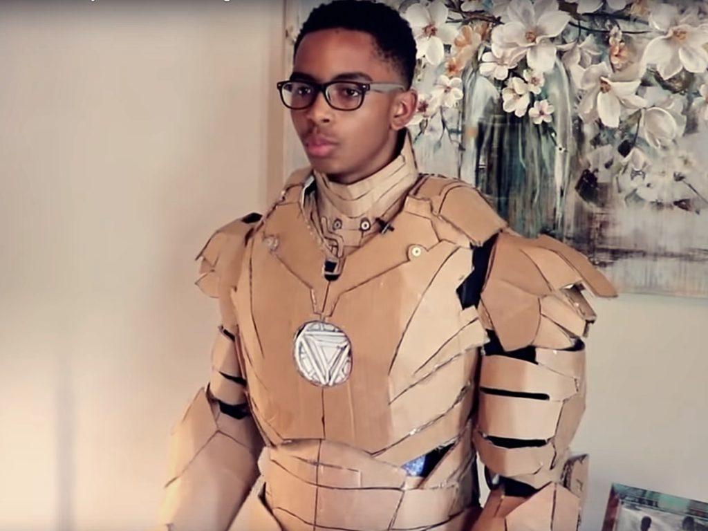 Teenager baut Iron Man Anzug aus Karton und Heißkleber