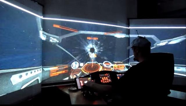 Mann baut sich eigenes Raumschiffcockpit ins Wohnzimmer und spielt Star Trek Elite Dangerous