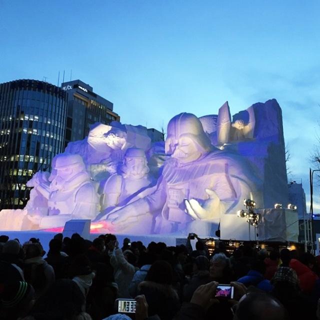 Schneefest und epische Star Wars-Skulpturen Die-japanische-Armee-verwendet-3.500-Tonnen-Schnee-um-massive-Star-Wars-Skulpturen-für-das-Schneefestival-zu-erstellen-Storm-Trooper