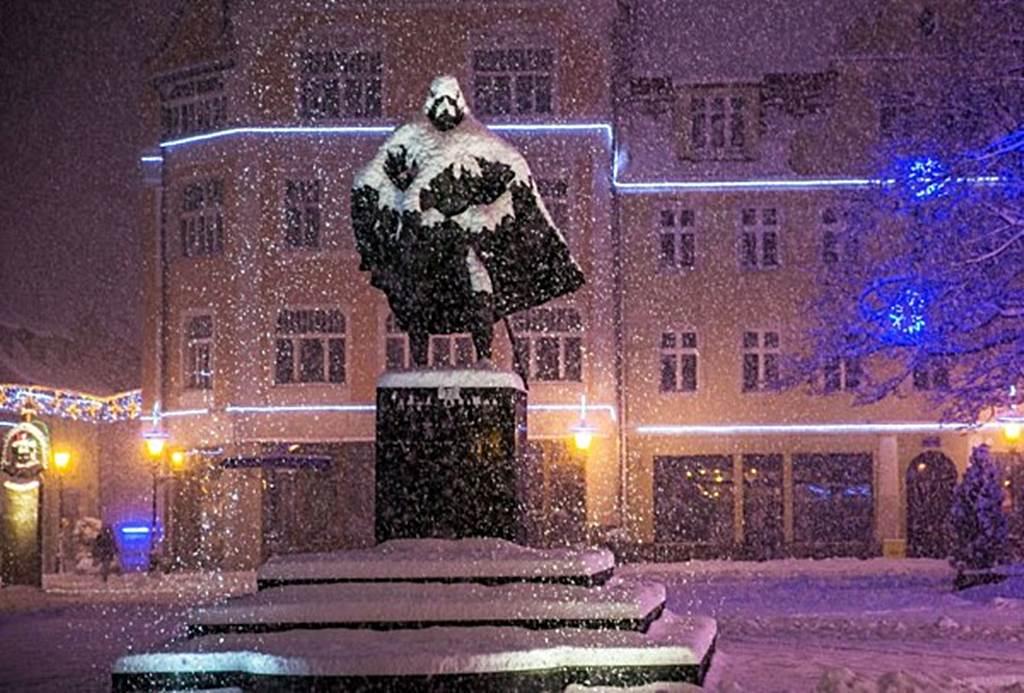 Wenn es schneit verwandelt sich diese Statue von Jakob von Weiher in Darth Vader